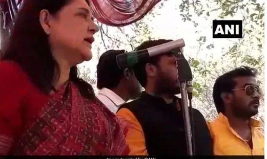 ಮುಸ್ಲಿಂ ಮತದಾರರಿಗೆ ಬೆದರಿಕೆಯೊಡ್ಡಿದ ಕೇಂದ್ರ ಸಚಿವೆ ಮನೇಕಾ ಗಾಂಧಿಗೆ ಶೊಕಾಸ್ ನೋಟಿಸ್